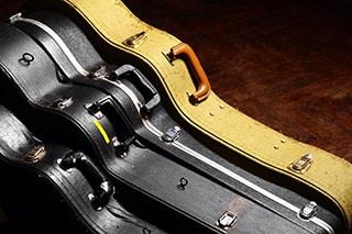Gitarrenkoffer aufeinander