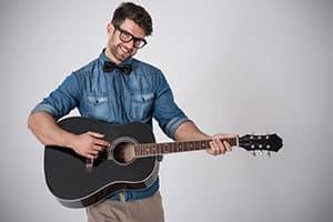 Mann Gitarre spielen lernen