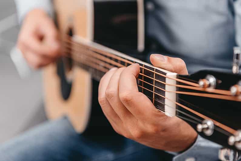 Die richtige Haltung beim Gitarrespielen