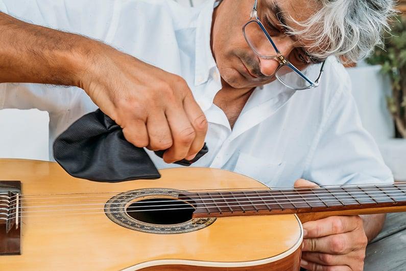 Was ist bei der Pflege der Gitarre wichtig?